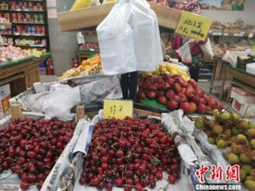 圖為超市裏的荔枝。 謝藝觀 攝