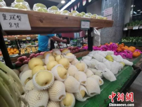 圖為超市裏的皇冠梨。 謝藝觀 攝