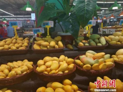 圖為超市裏的芒果。 謝藝觀 攝
