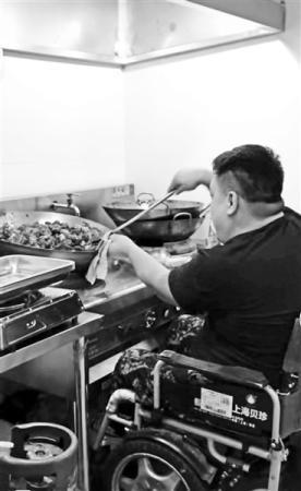 自立自强的人最可爱 残疾老板坐轮椅炒小龙虾走红 他说:不要同情 自食其力