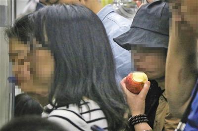 北京地铁明确禁食 多个地铁车厢内可见乘客饮食