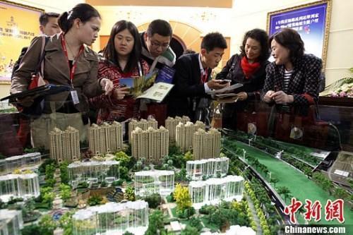 资料图:购房人在楼盘看沙盘并咨询售楼工作人员。<a target='_blank' href='http://www.chinanews.com/' _fcksavedurl='http://www.chinanews.com/'><p  align=