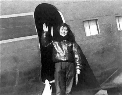 时隔30年 82岁女飞行员重回蓝天