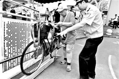 北京自行车专用道试运行 3天劝返8069名行人