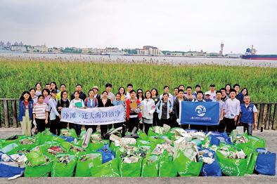 志愿者13年来坚持在海滩捡垃圾 不让泡沫塑料入海