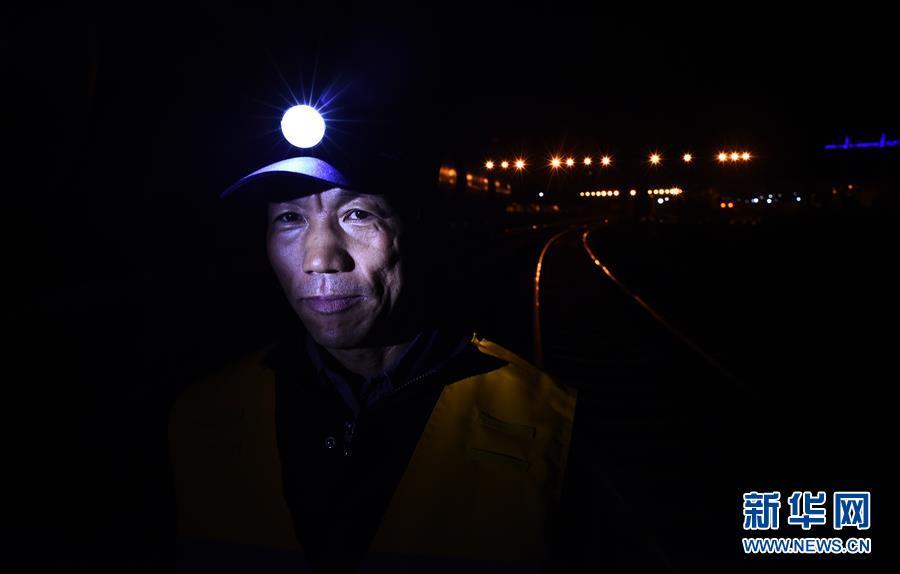 (新华全媒头条·壮丽70年·奋斗新时代·图文互动)(9)开拓雪域高原的梦想之路——来自青藏铁路的蹲点报告