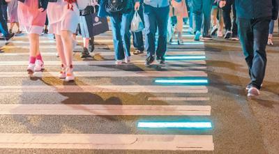 """马路""""低头族""""成安全新隐患!开车骑车过马路不忘看手机"""