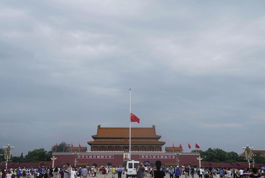 天安门下半旗悼念李鹏同志
