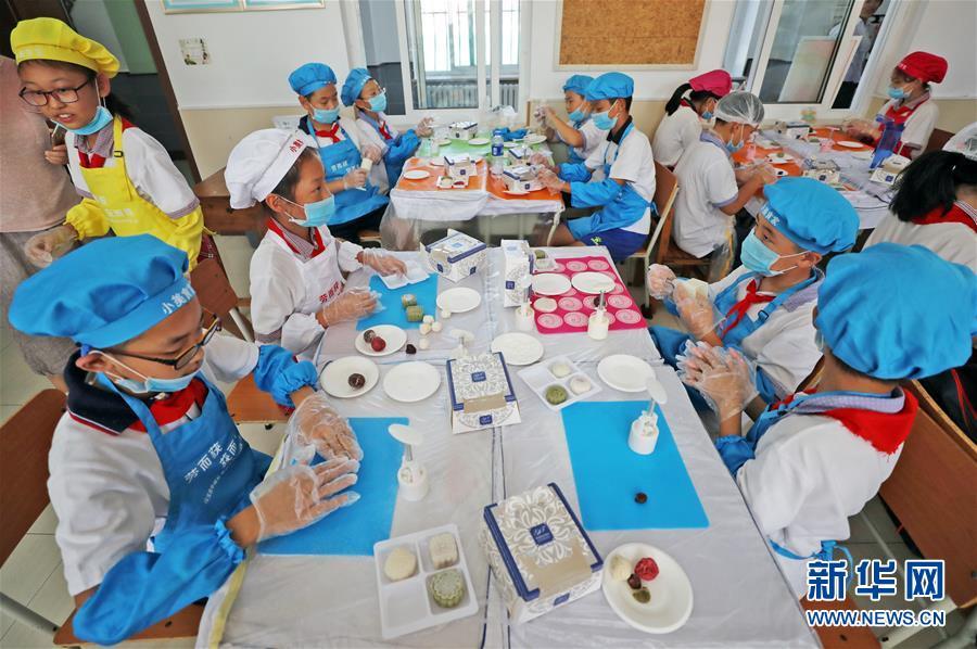 """(在習近平新時代中國特色社會主義思想指引下——新時代新作為新篇章·總書記關心的百姓身邊事·圖文互動)(1)""""媽媽第一次吃到我做的菜時高興得哭了""""——中國孩子在勞動教育中健康成長"""