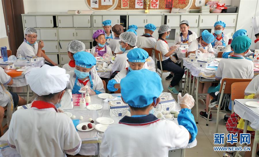 """(在習近平新時代中國特色社會主義思想指引下——新時代新作為新篇章·總書記關心的百姓身邊事·圖文互動)(2)""""媽媽第一次吃到我做的菜時高興得哭了""""——中國孩子在勞動教育中健康成長"""