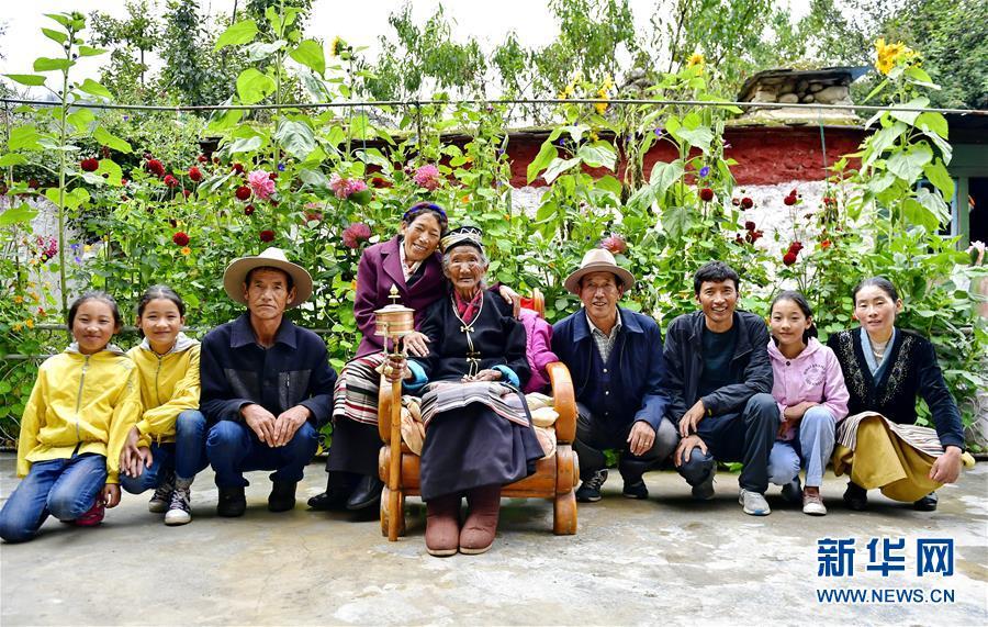 (决战决胜脱贫攻坚·图文互动)(6)机杼奏响致富路——西藏108岁老人索朗卓玛一家三代人脱贫记