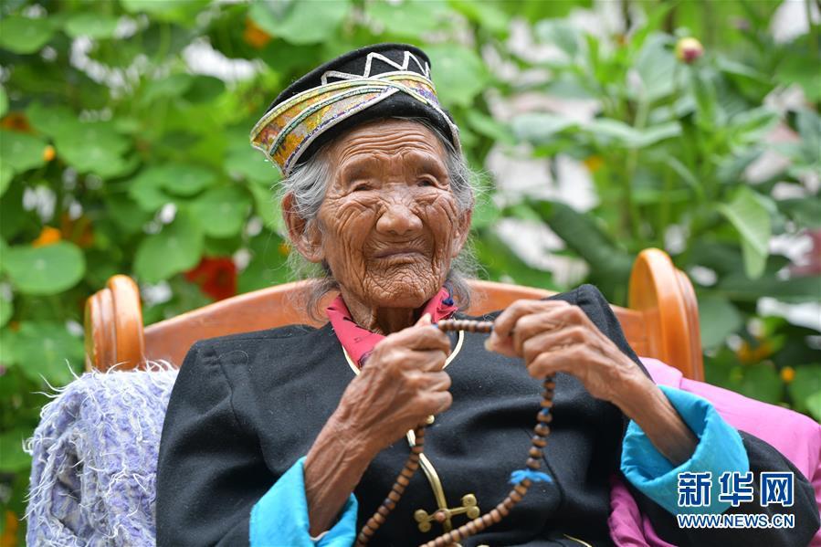 (决战决胜脱贫攻坚·图文互动)(5)机杼奏响致富路——西藏108岁老人索朗卓玛一家三代人脱贫记
