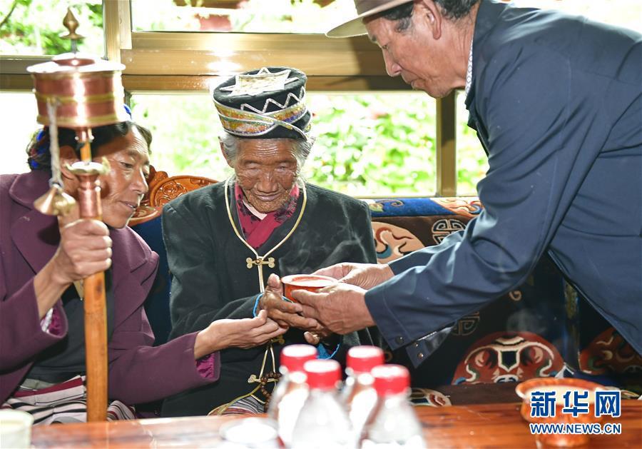 (决战决胜脱贫攻坚·图文互动)(4)机杼奏响致富路——西藏108岁老人索朗卓玛一家三代人脱贫记