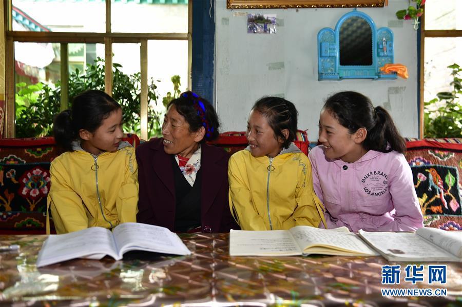 (决战决胜脱贫攻坚·图文互动)(8)机杼奏响致富路——西藏108岁老人索朗卓玛一家三代人脱贫记