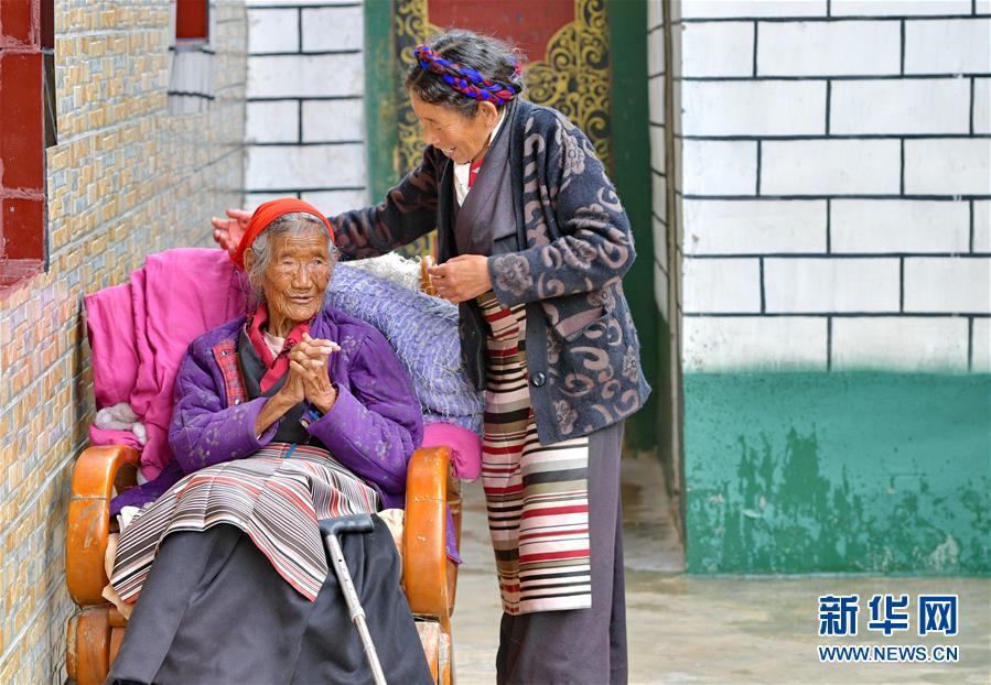 (决战决胜脱贫攻坚·图文互动)(1)机杼奏响致富路——西藏108岁老人索朗卓玛一家三代人脱贫记