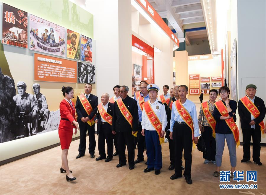 (社会)(1)英雄模范和先进典型受邀参观庆祝新中国成立70周年大型成就展