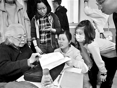 """盛锦云被网友赞称""""最美医生奶奶"""" 85岁仍然在门诊一线"""