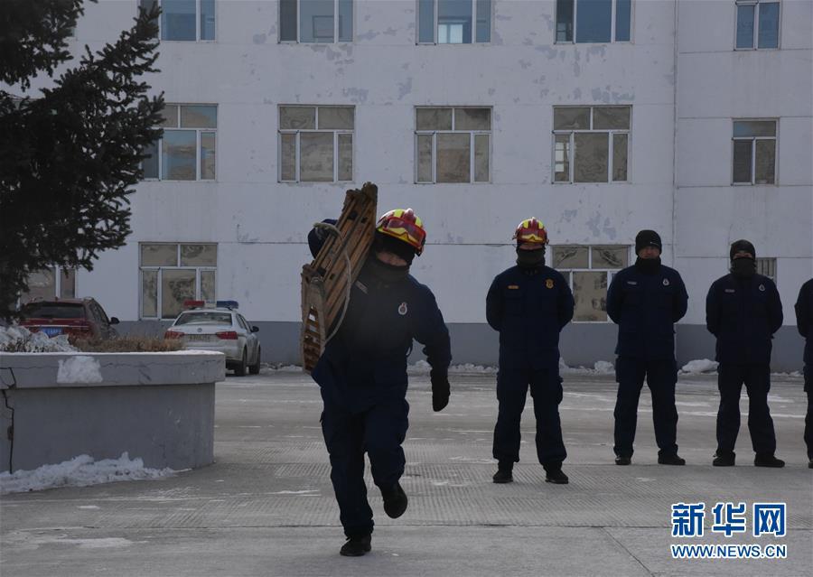 """(走基層 聽民聲·圖文互動)(5)皚皚白雪中的一抹""""火焰藍""""——走近中國最北消防員"""