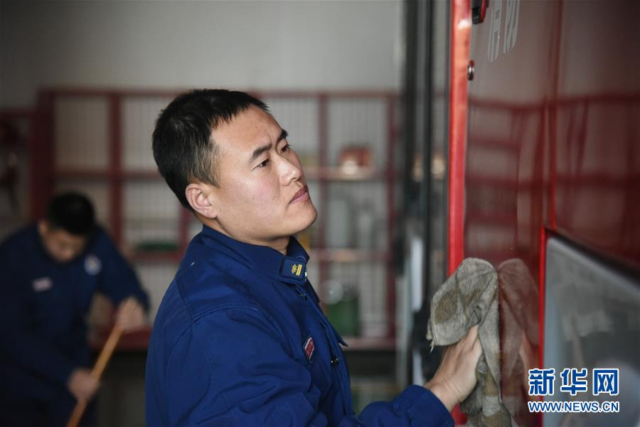 """(走基層 聽民聲·圖文互動)(3)皚皚白雪中的一抹""""火焰藍""""——走近中國最北消防員"""