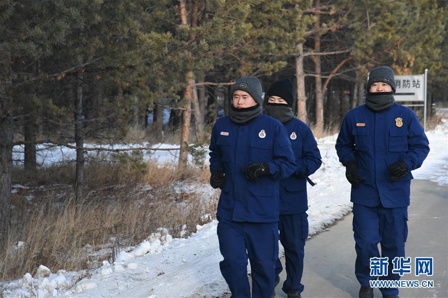 """(走基層 聽民聲·圖文互動)(2)皚皚白雪中的一抹""""火焰藍""""——走近中國最北消防員"""