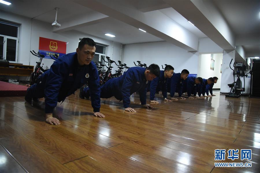 """(走基層 聽民聲·圖文互動)(4)皚皚白雪中的一抹""""火焰藍""""——走近中國最北消防員"""
