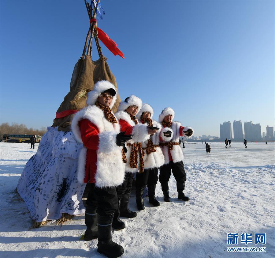 """(圖文互動)(1)寒冬採冰人:起早貪黑 """"淘金""""冰雪"""