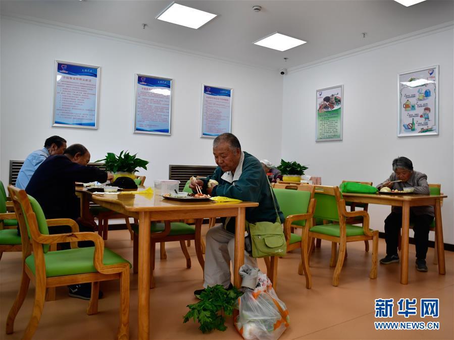 """(新华全媒头条・图文互动)(3)""""一碗饭""""暖了老人心――西宁""""爱老幸福食堂""""观察"""