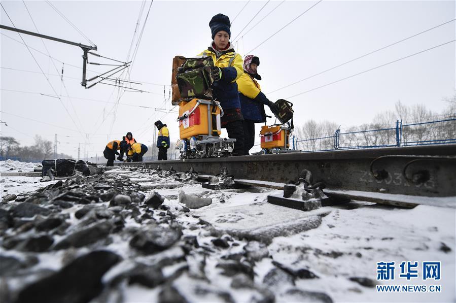 """(新春走基層)(1)嚴寒下的""""鐵路醫生"""":風雪中守護回家路"""