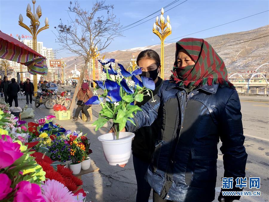 """(新春走基層·圖文互動)(2)""""只要備好年貨,新的一年就可以風調雨順""""——臘月藏區年貨市場見聞"""