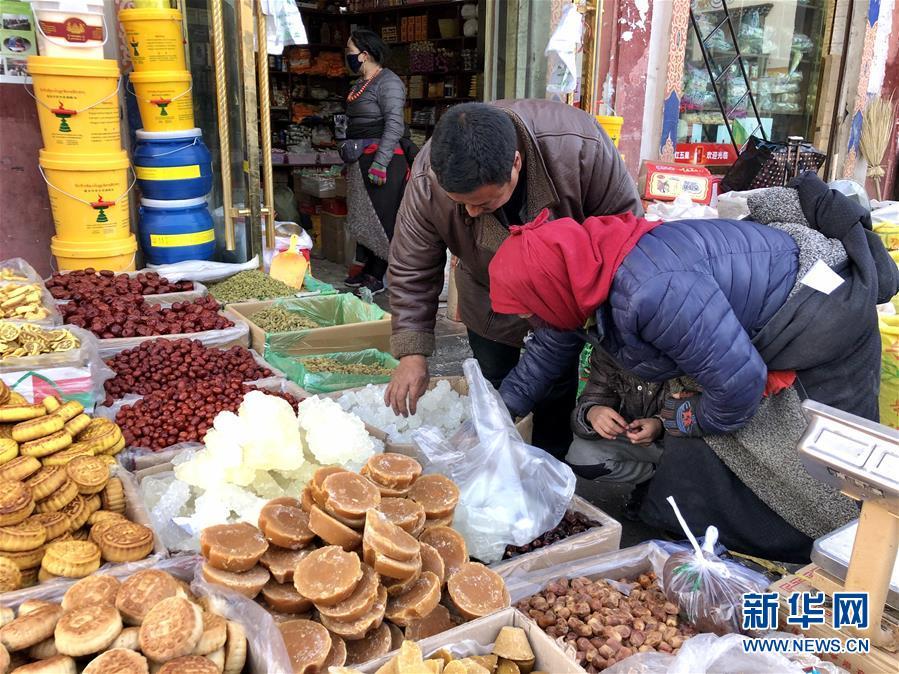 """(新春走基層·圖文互動)(1)""""只要備好年貨,新的一年就可以風調雨順""""——臘月藏區年貨市場見聞"""