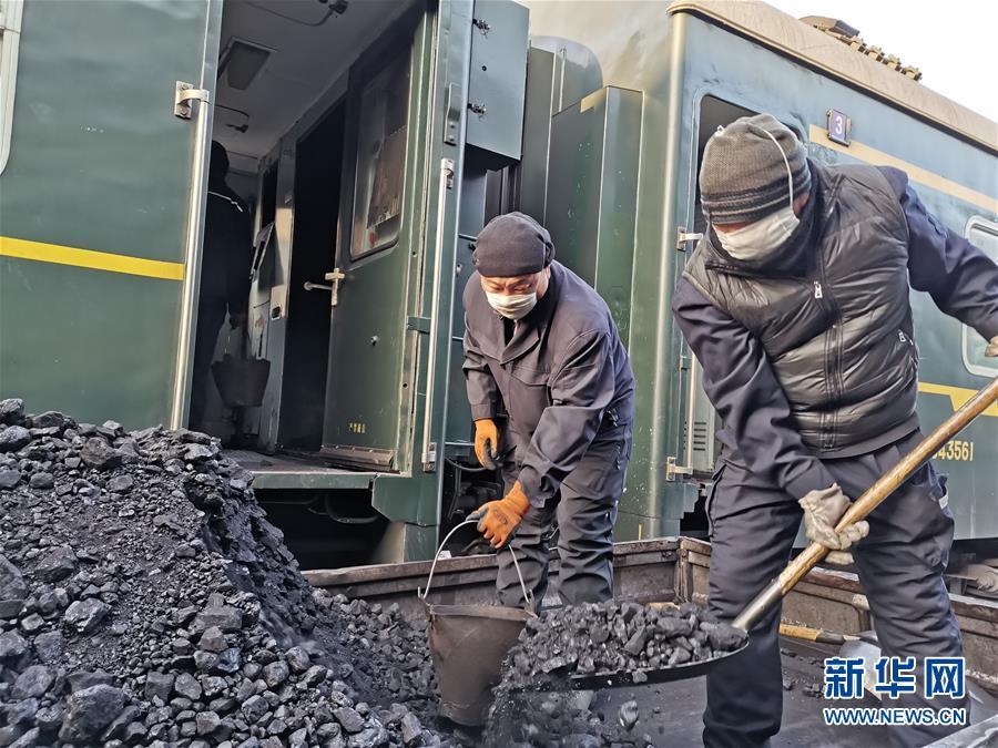 (圖文互動)綠皮火車上煤工:每天拎2000多桶煤只為溫暖回家路