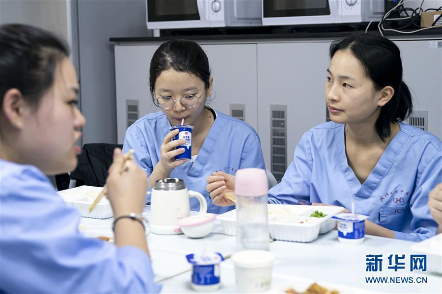 (新型肺炎疫情防控)(2)武汉:医护人员的年夜饭