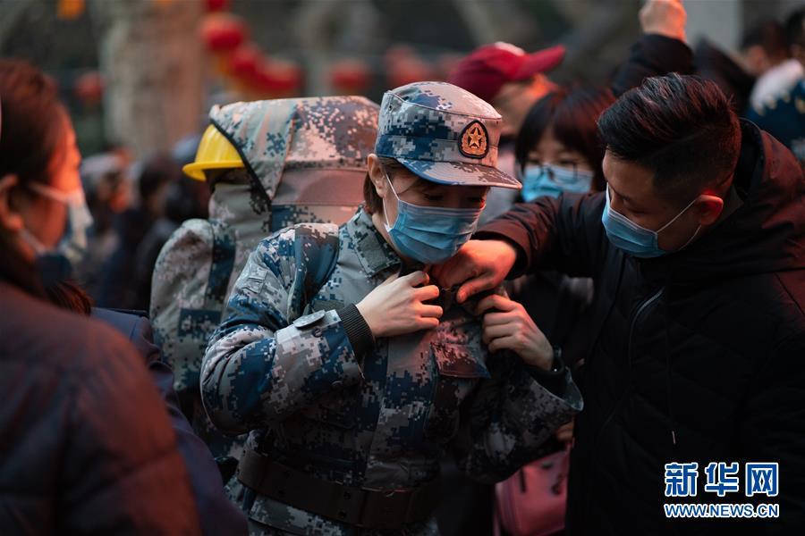 (新型肺炎疫情防控·圖文互動)(1)除夕夜,他們這樣出徵——空軍軍醫大學醫療隊出徵武漢疫區見聞