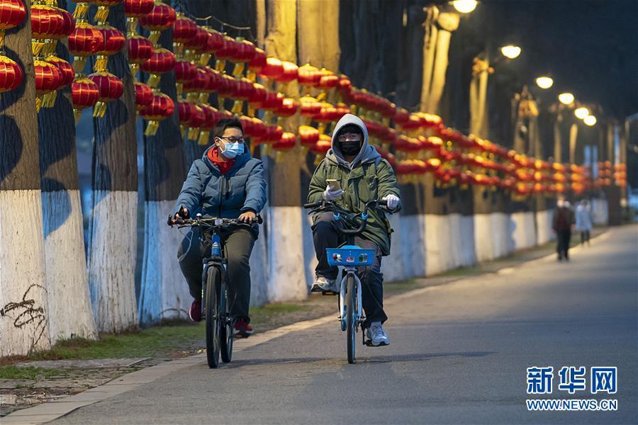 (新华全媒头条·图文互动)(12)人间至味是团圆——武汉庚子元宵节全纪录