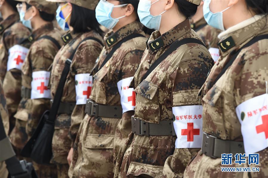 (聚焦疫情防控·图文互动)(2)空军出动3型11架运输机多地同步向武汉空运医疗队员