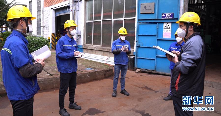 (來自經濟前沿的故事·企業復工復産·圖文互動)(3)戴口罩、測體溫進公司——廣西柳工復工見聞