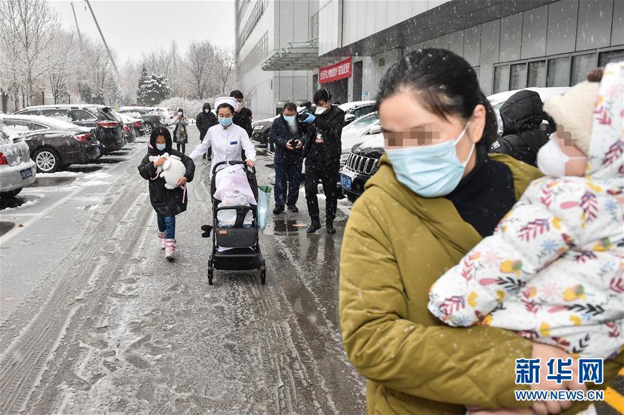 """(聚焦疫情防控·圖文互動)(4)""""等奇奇長大了,一定帶她再來北京""""——北京9個月患兒出院記"""