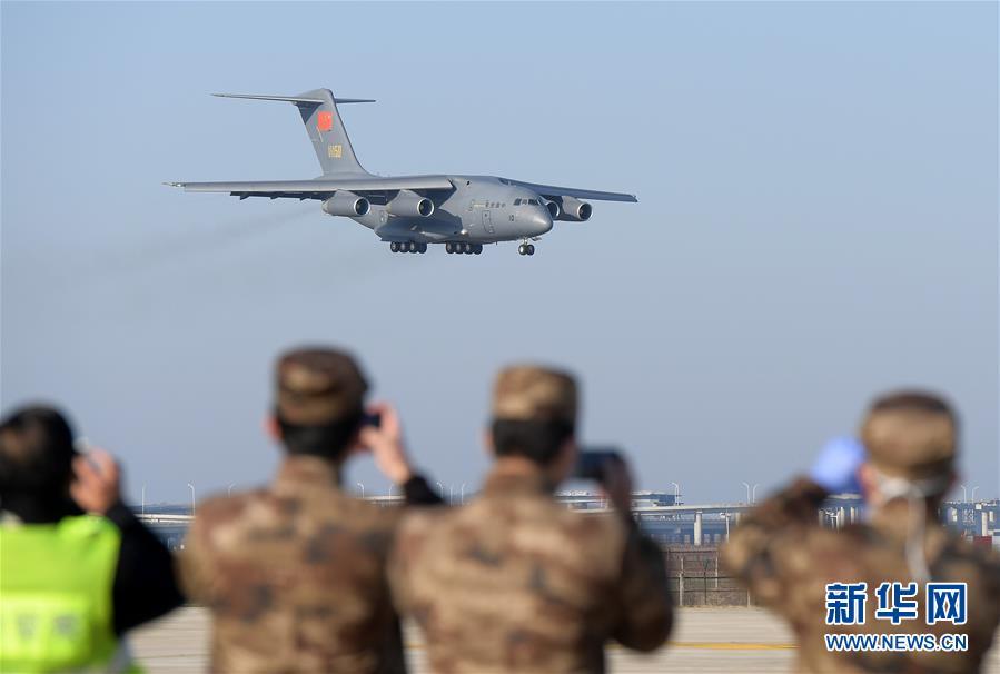 (聚焦疫情防控·圖文互動)(2)空軍第四次向武漢大規模空運醫療隊員和物資