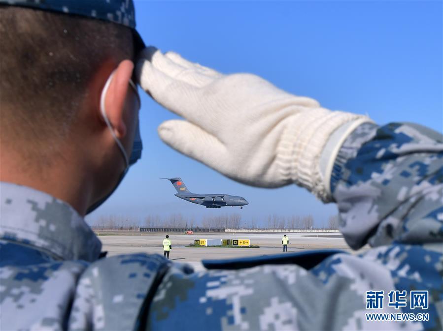 (聚焦疫情防控·圖文互動)(3)空軍第四次向武漢大規模空運醫療隊員和物資
