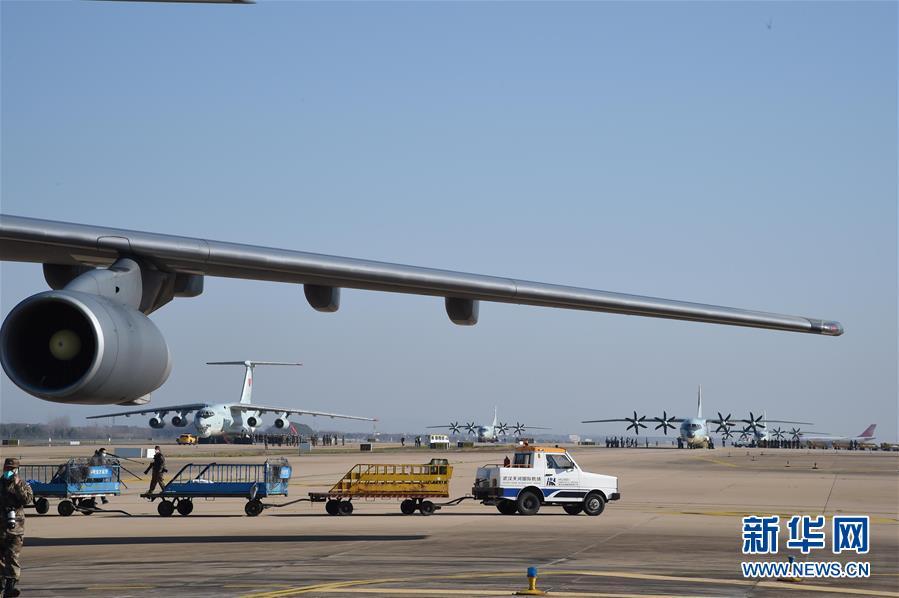 (聚焦疫情防控·圖文互動)(4)空軍第四次向武漢大規模空運醫療隊員和物資