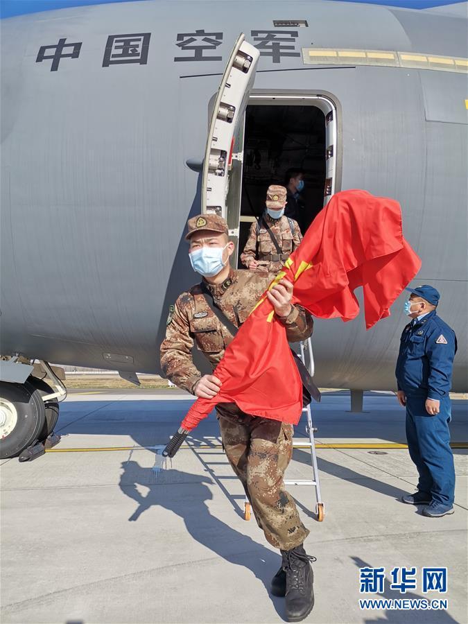 (聚焦疫情防控·圖文互動)(5)空軍第四次向武漢大規模空運醫療隊員和物資