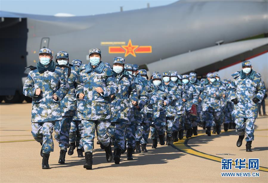 (聚焦疫情防控·圖文互動)(9)空軍第四次向武漢大規模空運醫療隊員和物資