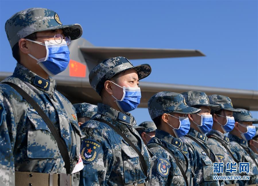 (聚焦疫情防控·圖文互動)(10)空軍第四次向武漢大規模空運醫療隊員和物資