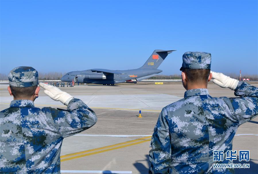 (聚焦疫情防控·圖文互動)(12)空軍第四次向武漢大規模空運醫療隊員和物資