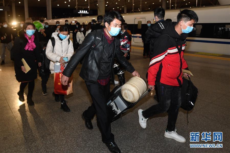 (聚焦疫情防控)(5)全國鐵路首趟定制務工人員返程專列抵達杭州