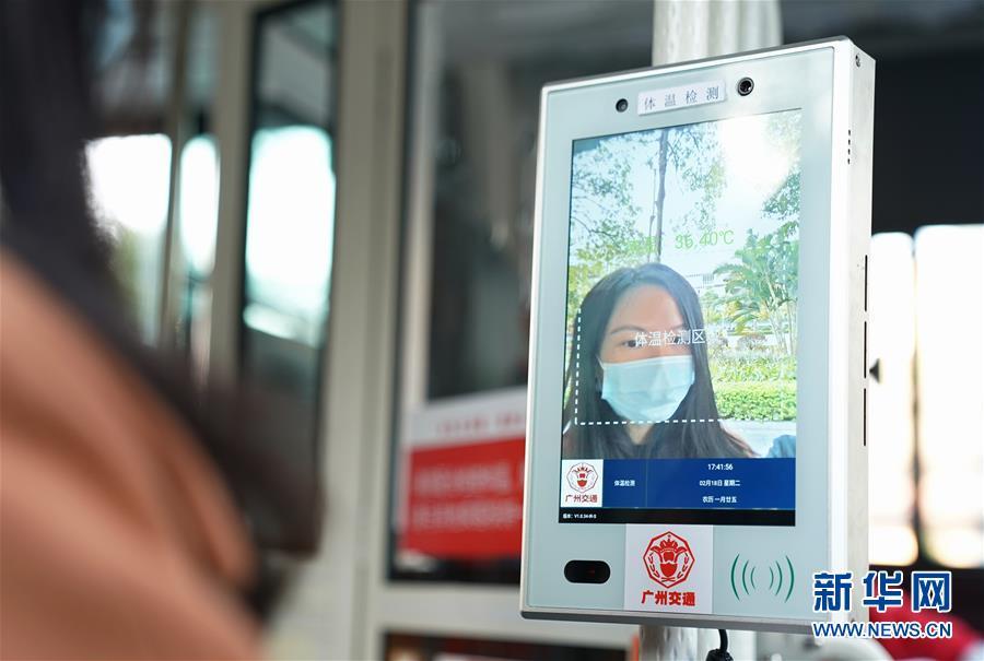 """(熱點鮮報·圖文互動)(2)公交車上""""硬核""""防疫:人臉識別最快1秒完成溫測"""