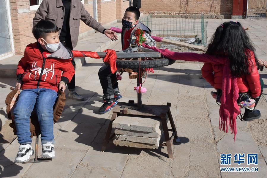 """(图文互动)""""宅""""出新境界!内蒙古一农民在家里造出游乐场"""