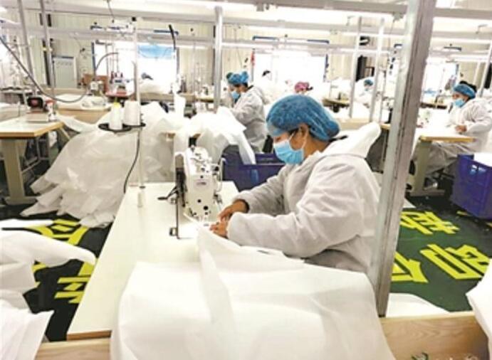 【民生视点·携手同心抗疫情】服装厂转产隔离衣,要过几道关?