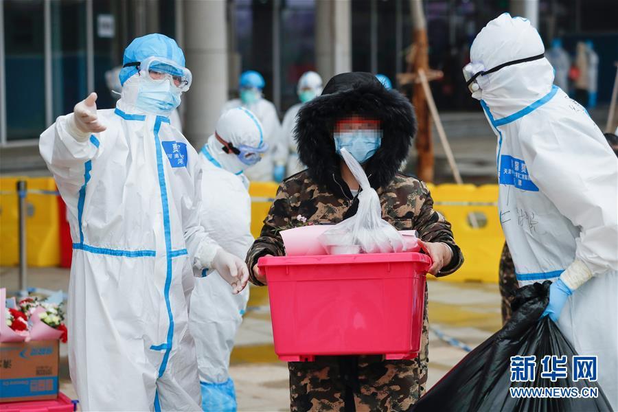 治病,也治心!――武汉市首个中医方舱医院首批患者治愈出院