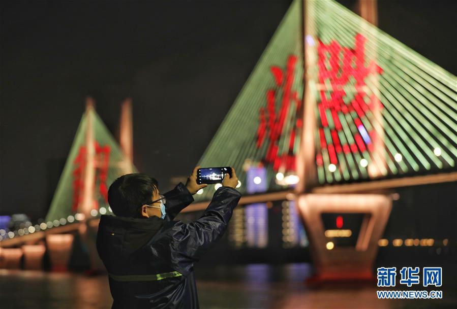 (新华全媒头条·图文互动)(8)武汉24小时